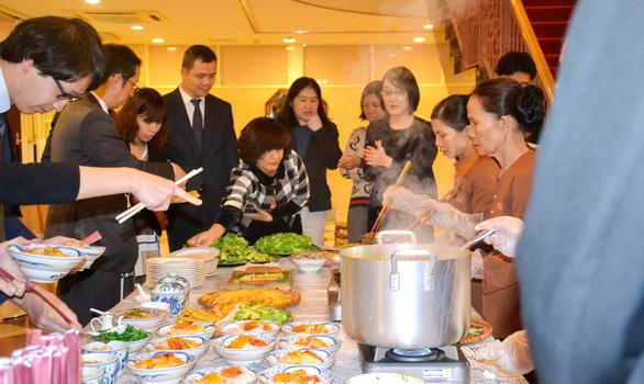 Đem cối đá, gia vị để gánh mì Quảng từ làng qua Nhật - Ảnh 1.