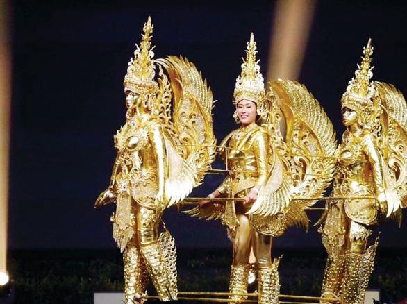 Có thể ngồi tù vì chê váy dạ hội Miss Universe của công chúa Thái - Ảnh 6.