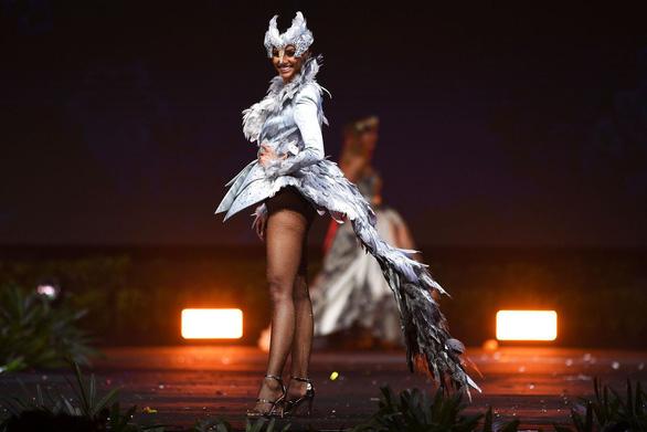 Có thể ngồi tù vì chê váy dạ hội Miss Universe của công chúa Thái - Ảnh 7.