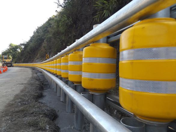 Lắp thử nghiệm rào chắn bánh xoay tại điểm đen tai nạn dốc Cun - Ảnh 2.