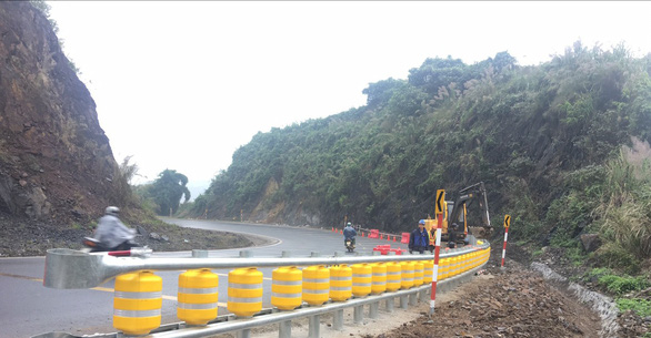 Lắp thử nghiệm rào chắn bánh xoay tại điểm đen tai nạn dốc Cun - Ảnh 3.
