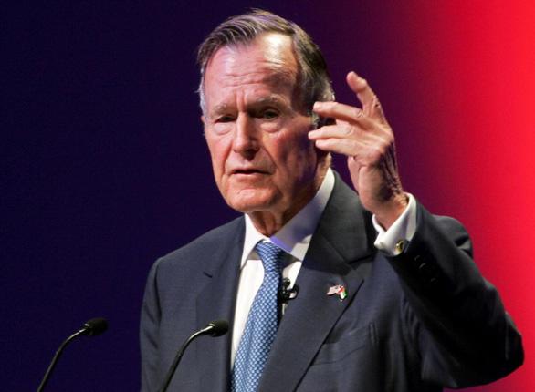 Dẹp khác biệt chính trị, ông Trump tưởng nhớ cố tổng thống Bush 'cha' - Ảnh 1.