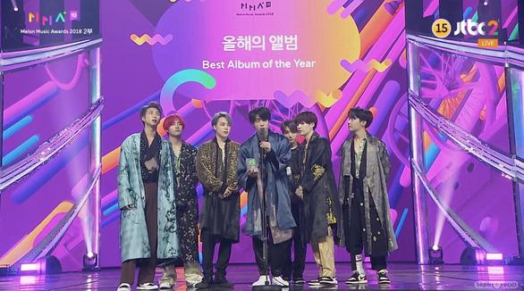 BTS 'đốt cháy' sân khấu cùng 7 cúp tại giải âm nhạc Melon 2018 - Ảnh 7.
