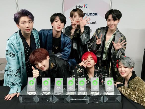 BTS 'đốt cháy' sân khấu cùng 7 cúp tại giải âm nhạc Melon 2018 - Ảnh 3.