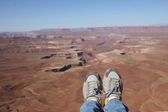 Đi du lịch, mang giày dép nào thoải mái nhất? - Ảnh 1.