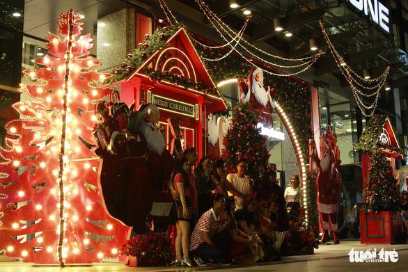 Ngắm thông Noel rực rỡ phố Sài Gòn - Ảnh 5.
