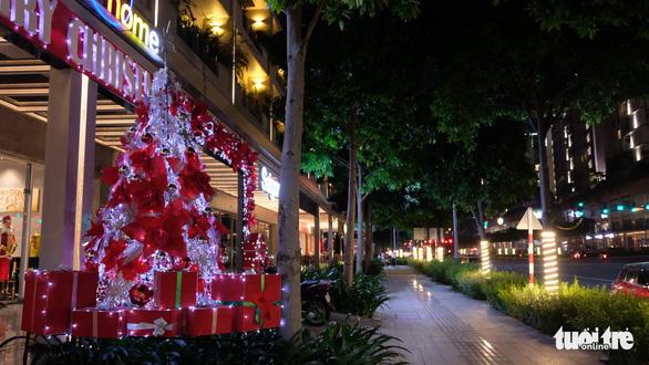 Ngắm thông Noel rực rỡ phố Sài Gòn - Ảnh 8.