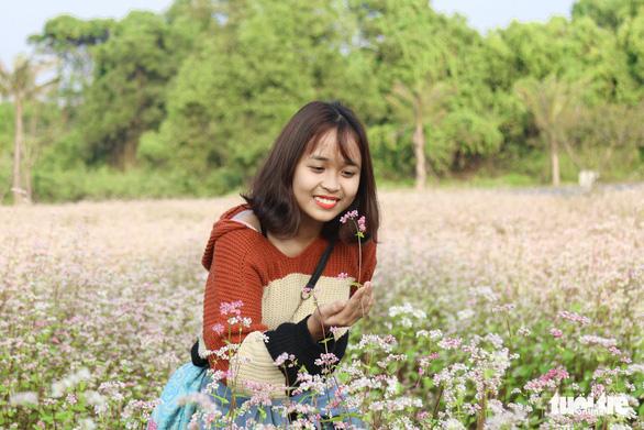 Cánh đồng hoa tam giác mạch ở Hà Nội hút giới trẻ đến check-in - Ảnh 7.