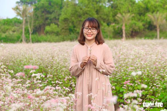 Cánh đồng hoa tam giác mạch ở Hà Nội hút giới trẻ đến check-in - Ảnh 6.