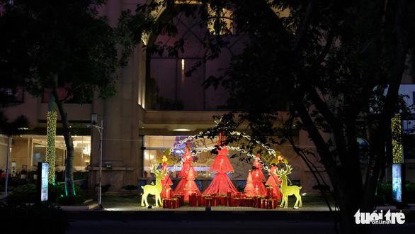 Ngắm thông Noel rực rỡ phố Sài Gòn - Ảnh 10.