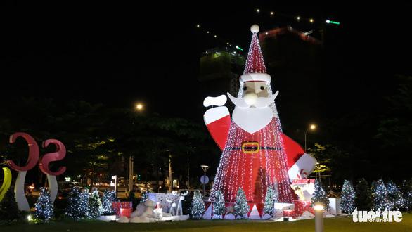 Ngắm thông Noel rực rỡ phố Sài Gòn - Ảnh 1.