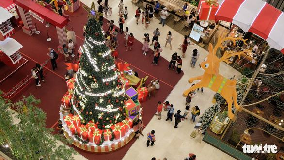 Ngắm thông Noel rực rỡ phố Sài Gòn - Ảnh 3.