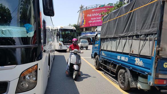 Ôtô đậu kín đường phố Đà Nẵng - Ảnh 1.