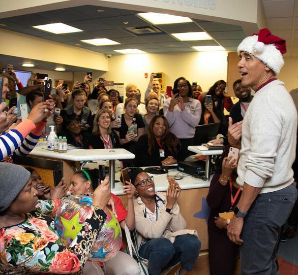 Cựu tổng thống Obama bất ngờ làm ông già Noel đến bệnh viện nhi - Ảnh 3.