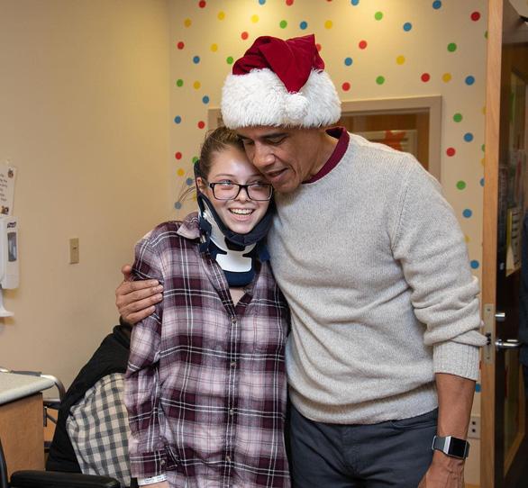 Cựu tổng thống Obama bất ngờ làm ông già Noel đến bệnh viện nhi - Ảnh 4.