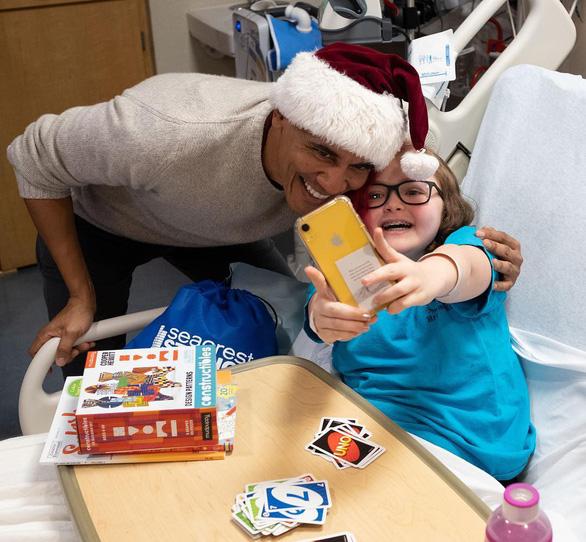 Cựu tổng thống Obama bất ngờ làm ông già Noel đến bệnh viện nhi - Ảnh 5.