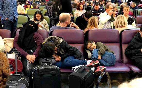 120.000 hành khách vạ vật chờ đợi vì... máy bay đồ chơi - Ảnh 1.