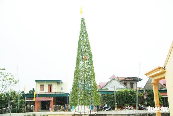 Độc đáo cây thông Noel 'khủng' làm từ 8.000 giỏ hành - Ảnh 1.