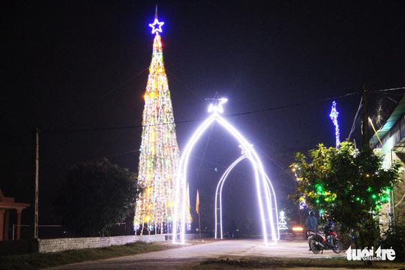 Độc đáo cây thông Noel 'khủng' làm từ 8.000 giỏ hành - Ảnh 9.