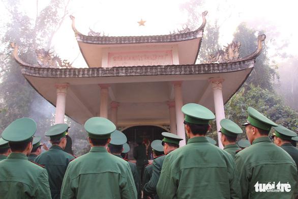 Chiến sĩ biên phòng Mường Lạn dâng hương tưởng nhớ anh hùng liệt sĩ - Ảnh 2.