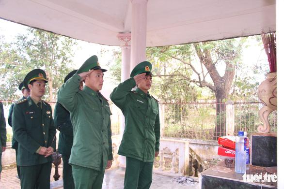 Chiến sĩ biên phòng Mường Lạn dâng hương tưởng nhớ anh hùng liệt sĩ - Ảnh 1.