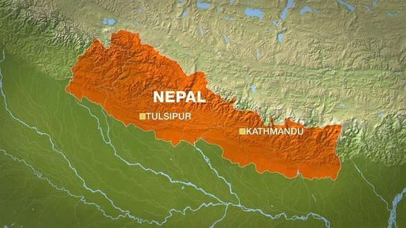 Xe buýt lao xuống vực sâu 700m ở Nepal, 21 người chết - Ảnh 1.