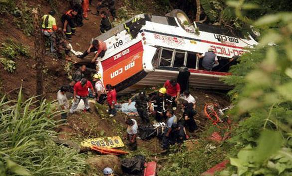 Xe buýt lao xuống vực sâu 700m ở Nepal, 21 người chết - Ảnh 2.