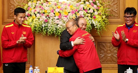 Thủ tướng gặp đội vô địch AFF Cup: Cảm ơn HLV Park, cảm ơn cha mẹ cầu thủ - Ảnh 1.
