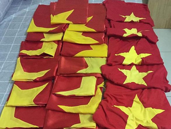 Bạn trẻ góp hơn 300 lá cờ gửi ngư dân hải đảo sau bão AFF Cup - Ảnh 3.