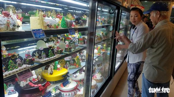 Các cửa hàng sôi động, bánh kem chủ đề Giáng sinh hốt bạc - Ảnh 1.