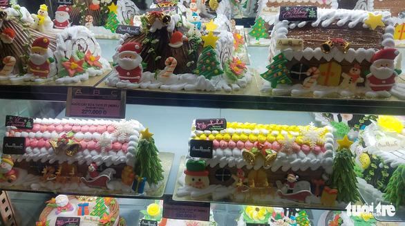 Các cửa hàng sôi động, bánh kem chủ đề Giáng sinh hốt bạc - Ảnh 4.