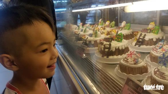 Các cửa hàng sôi động, bánh kem chủ đề Giáng sinh hốt bạc - Ảnh 5.