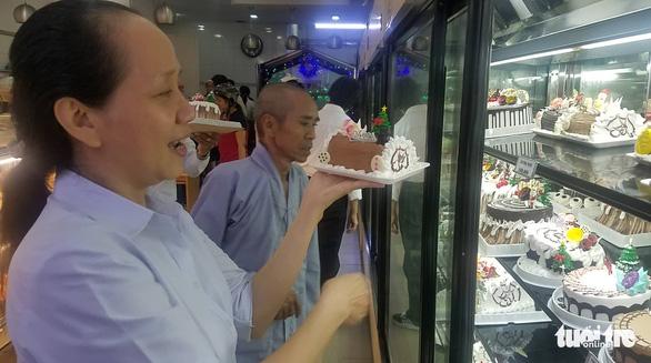 Các cửa hàng sôi động, bánh kem chủ đề Giáng sinh hốt bạc - Ảnh 2.