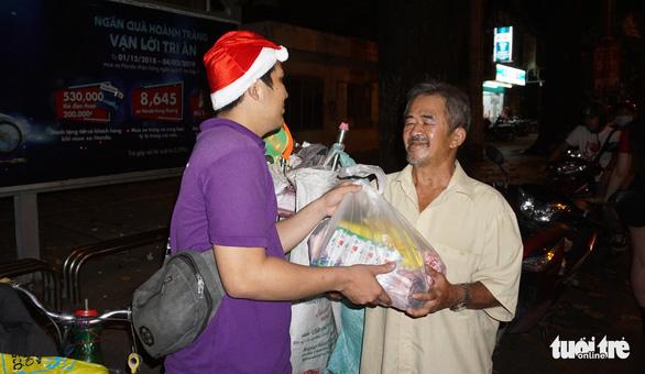 Trao đi suất cơm nhận lại nụ cười trong đêm Noel - Ảnh 8.