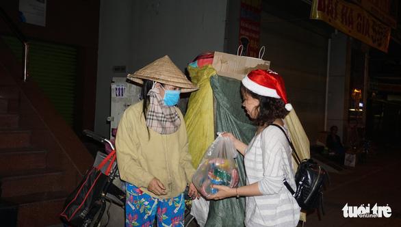 Trao đi suất cơm nhận lại nụ cười trong đêm Noel - Ảnh 9.