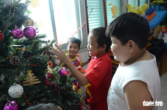 Các bệnh nhi hò hét chào đón ông già Noel vác quà đến tận phòng - Ảnh 3.