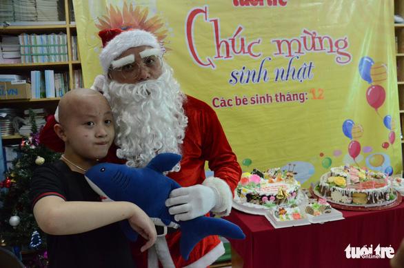 Các bệnh nhi hò hét chào đón ông già Noel vác quà đến tận phòng - Ảnh 7.