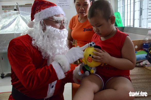 Các bệnh nhi hò hét chào đón ông già Noel vác quà đến tận phòng - Ảnh 4.