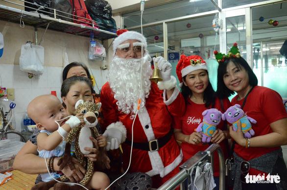Các bệnh nhi hò hét chào đón ông già Noel vác quà đến tận phòng - Ảnh 2.