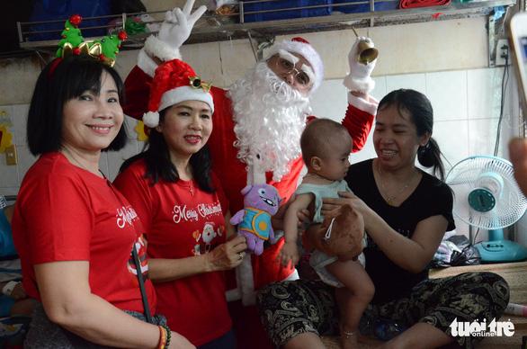 Các bệnh nhi hò hét chào đón ông già Noel vác quà đến tận phòng - Ảnh 5.