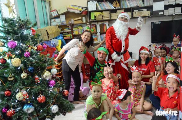 Các bệnh nhi hò hét chào đón ông già Noel vác quà đến tận phòng - Ảnh 1.