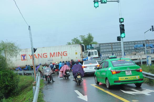 Cao tốc Đà Nẵng - Quảng Ngãi tê liệt vì tai nạn giao thông - Ảnh 2.