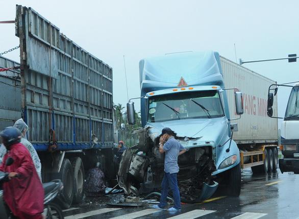 Cao tốc Đà Nẵng - Quảng Ngãi tê liệt vì tai nạn giao thông - Ảnh 3.