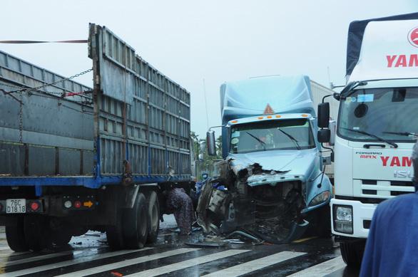Cao tốc Đà Nẵng - Quảng Ngãi tê liệt vì tai nạn giao thông - Ảnh 1.