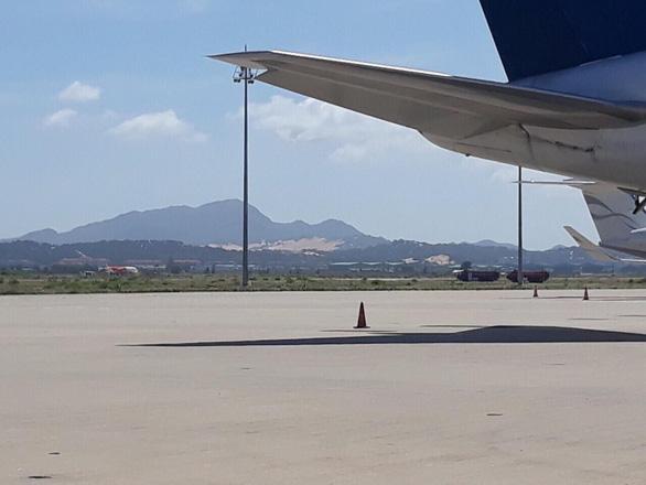 Máy bay lại đáp nhầm đường băng chưa khai thác ở Cam Ranh - Ảnh 1.