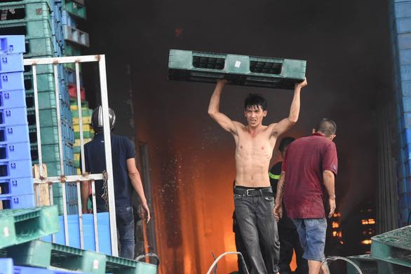Cháy lớn ở xưởng kinh doanh pallet gỗ gần ngã tư Vũng Tàu - Ảnh 8.