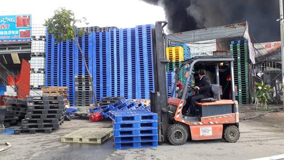 Cháy lớn ở xưởng kinh doanh pallet gỗ gần ngã tư Vũng Tàu - Ảnh 4.