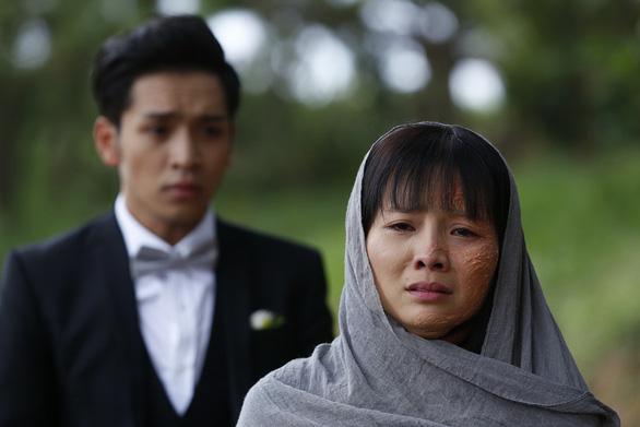 Hoa cúc vàng trong bão: Một buổi quay để có 45 giây cảnh Khánh Hiền bị tạt axit - Ảnh 1.