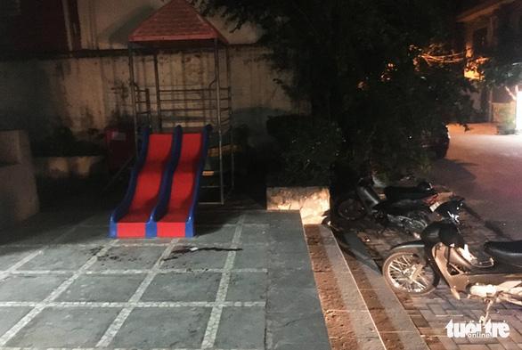Bé trai 3 tuổi xuống sân chung cư chơi bị gạch rơi trúng tử vong - Ảnh 4.