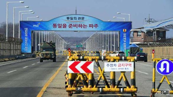 Hai miền Triều Tiên tổ chức lễ kết nối đường sắt và đường bộ - Ảnh 1.